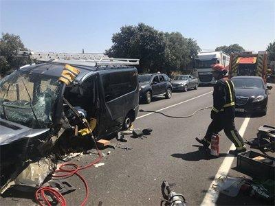 Dos heridos en un fuerte choque frontal entre un coche y una furgoneta en Valdemorillo