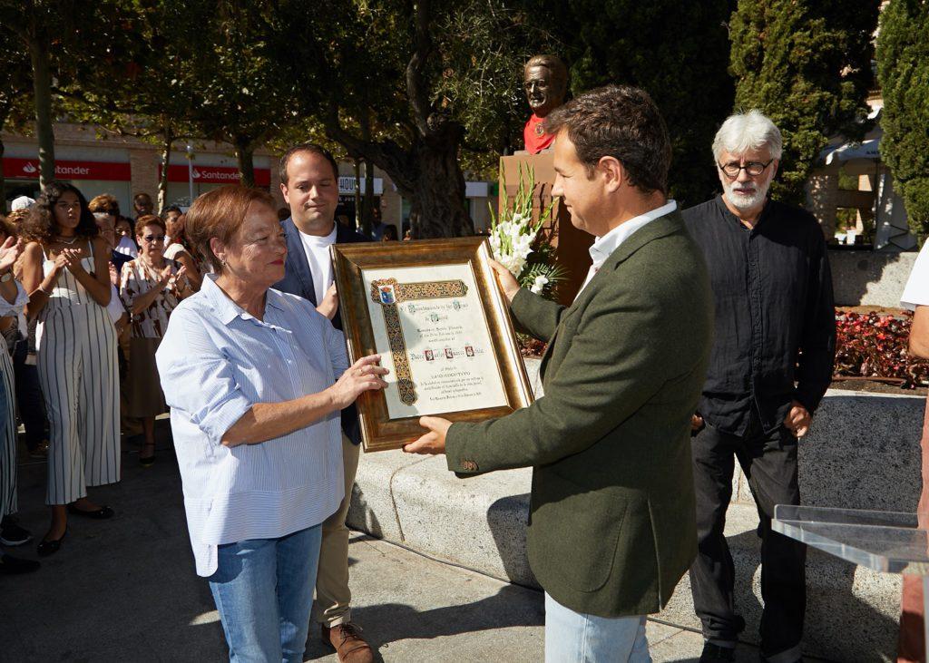 Las Rozas rinde homenaje al Padre Carlos dedicándole un busto en la plaza de España