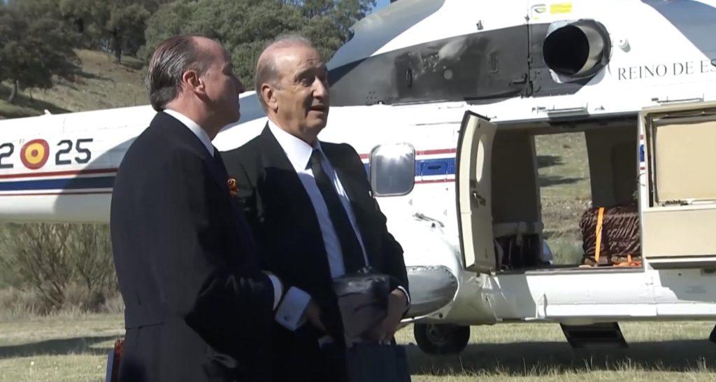 MÁS DE UNO SIERRA – El Helicóptero con los restos de Franco despega del Valle de los Caídos