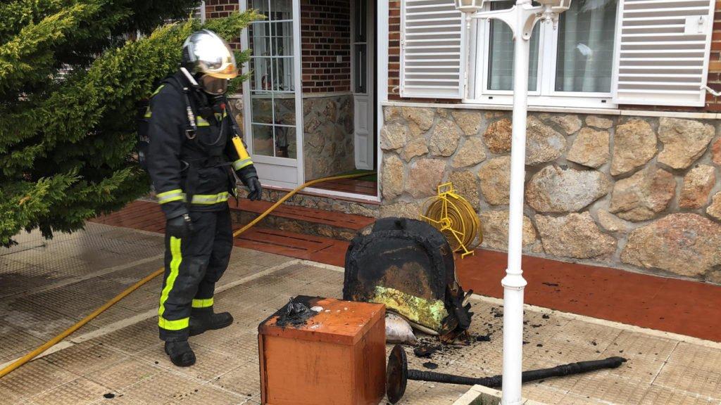 Hospitalizado por intoxicación el dueño de un chalet en Becerril de la Sierra cuando intentaba sofocar un incendio
