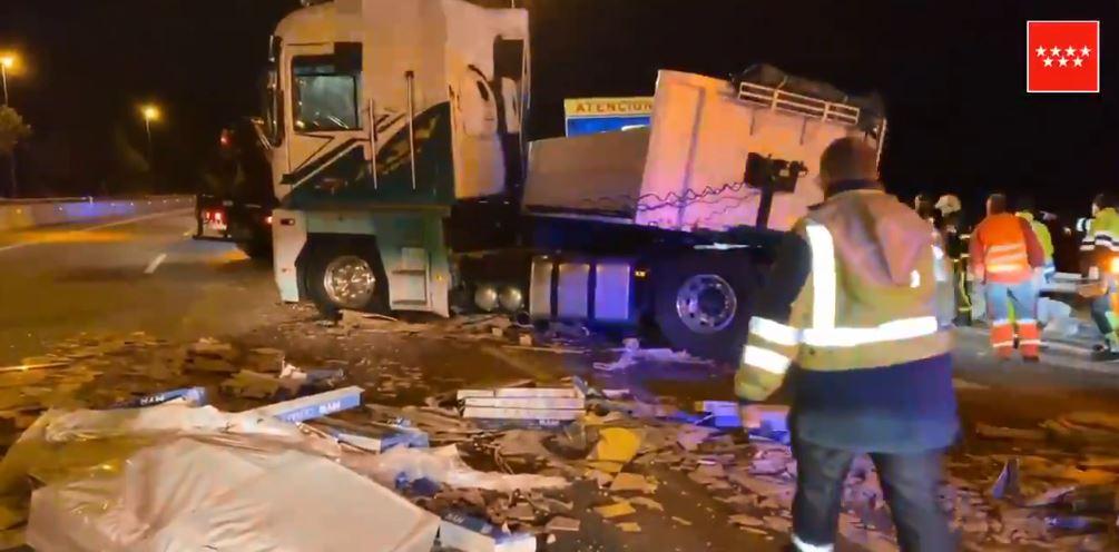 Tres heridos al caer la carga de un tráiler sobre sus vehículos en la A6 en Guadarrama